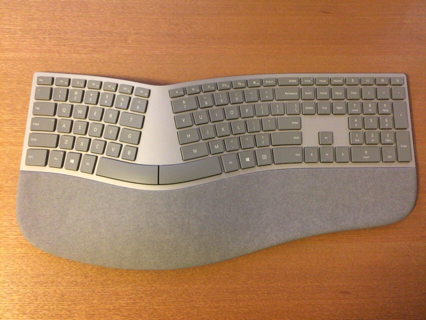 木製テーブルとSurface Ergonomic Keyboard